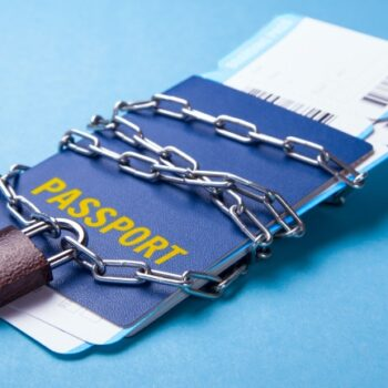Выезд за границу с кредитом: выпустят ли должника из Украины?